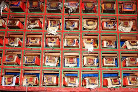 Tibetan Buddhist prayer library / (c) strudelt/Flickr