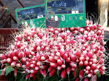 Radishes at the market   © jennicatpink / Flickr