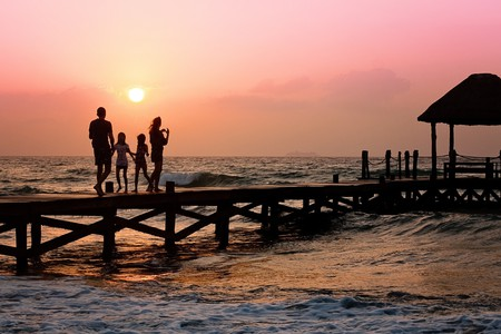 Family Walking on Pier |© Pixabay/Pexels