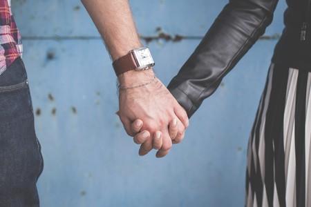 Holding hands | © Freestocks.org / Unsplash