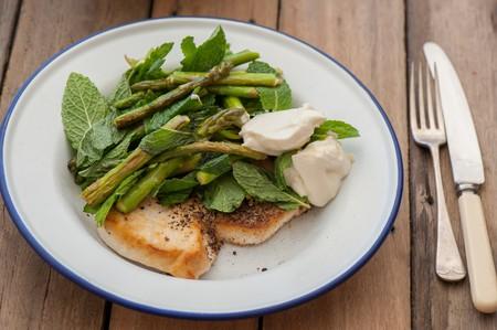 Seasonal asparagus, goats cheese and fish | © Jules / Flickr