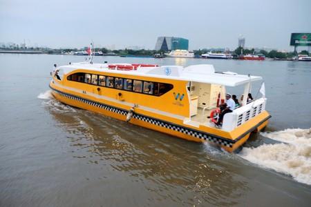 All aboard | © xuanhuongho/Shutterstock