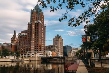 Milwaukee's State Street Bridge Skyline    © VISIT Milwaukee