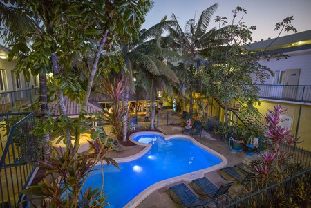 The hostel's tropical pool area |© Cairns Central YHA
