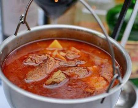 Gulasz w kociołku (Stew in a cauldron)