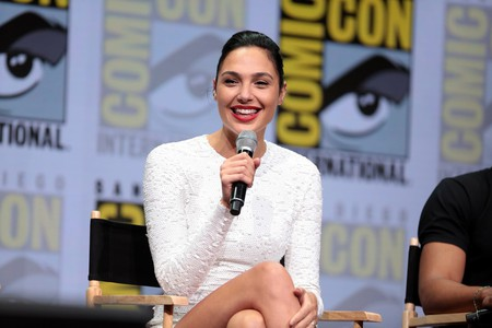 Gal Gadot speaking at the 2017 San Diego Comic-Con International | © Gage Skidmore / Flickr
