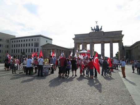 Turkish People Gather at Brandenburg Tor | © Alper Çuğun / Flickr