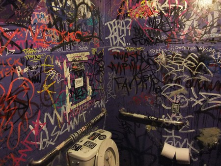 double-down-las-vegas-bathroom