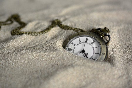 Pocket watch in the sand   © annca / Pixabay