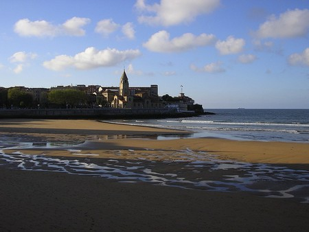 Visit the Playa San Lorenzo in Gijon, Spain