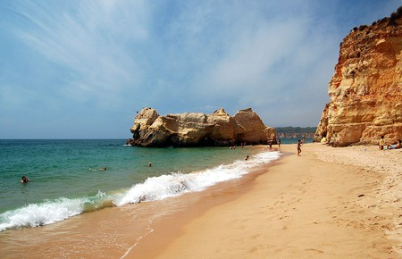 https://commons.wikimedia.org/wiki/File:Praia_da_Rocha,_Portim%C3%A3o_fisherman.jpg