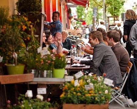 A group of friends enjoy lunch in the sun in Berlin | © Sascha Kohlmann/Flickr
