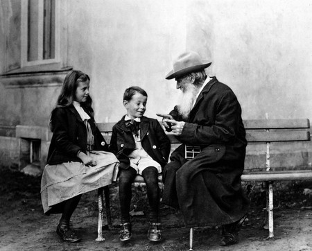Tolstoy with children | © Wikimedia Commons