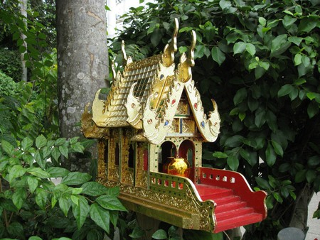 A spirit house in Thailand's woods | ©  jennandjon / Flickr