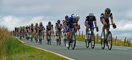 The peloton mid-race.