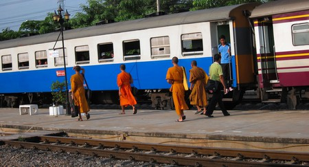 Monks boarding a train in Thailand | © Dan Levine / Flickr