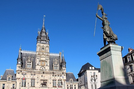 Joan of Arc statue and Compiègne's city hall