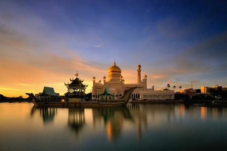 Sunset over Omar Ali Saifuddien Mosque in Bandar Seri Begawan