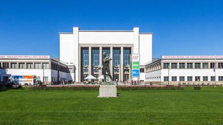 Deutsches_Hygienemuseum,_mit_Plastik_Ballwerfer_von_Richard_Daniel_Fabricius-9716
