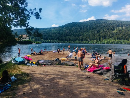 Lake Gérardmer is surrounded by luscious wooded beaches | © Jade Cuttle / Culture Trip