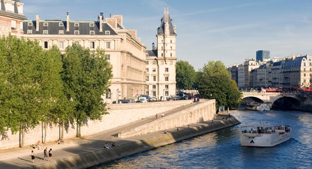 Discover Paris from the banks of the Seine