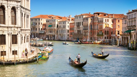 Learning to paddle your own gondola is one of the unique experiences that awaits you in Venice