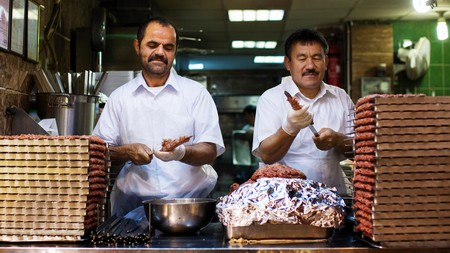 Kuwaiti chefs prepare meat kebabs