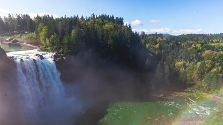 Hike up to the top of Snoqualmie Falls for a spectacular picnic spot