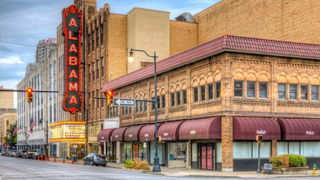 The Alabama Theatre is one of two theaters remaining in the theater district of Birmingham, Alabama | © Clarence Holmes Photography / Alamy Stock Photo