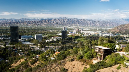 In Burbank you can enjoy film studio tours or live recordings, all with the Verdugo mountains as a backdrop