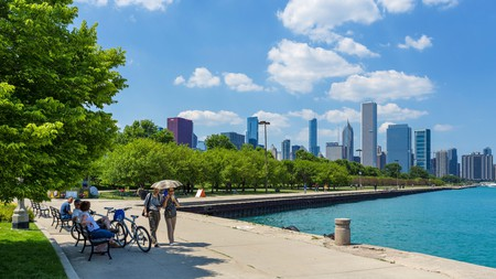 The Windy City offers something for everyone, from outstanding live shows and renowned museums to waterside strolls and deep-dish pizza
