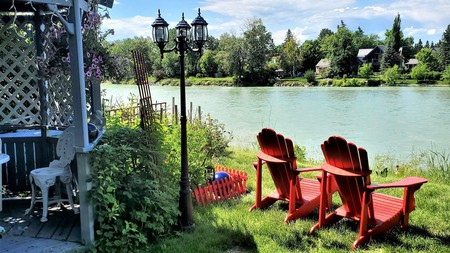 Along River Ridge Bed and Breakfast is located only steps away from the Bow River in Calgary, Canada