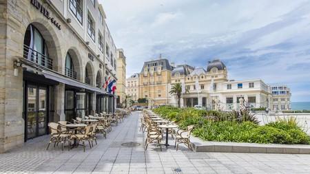 Le Café de Paris in Place Bellevue