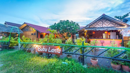 An attractive hostel close to the beach, Bubu Lanta is one of the top choices for budget-conscious backpackers in Koh Lanta