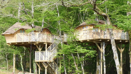 Enjoy a bird's-eye view from these treehouses at Defiplanet' a Dienne