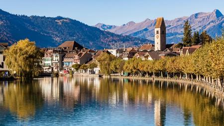 M9835T Schweiz, Kanton Bern, Berner Oberland, Interlaken, Ortsansicht, Altstadt, Fluss Aare, Wohnhauser
