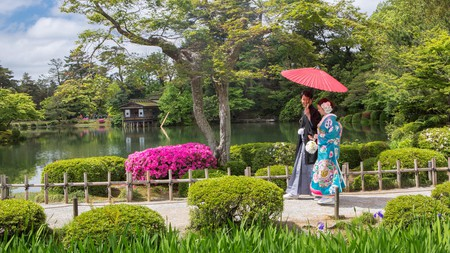Take a walk around Kenroku-en Garden in Japan's beautiful Kanazawa City © Ian Dagnall / Alamy Stock Photo