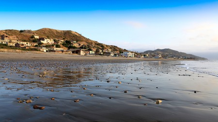 Playa Santa Marianita in Manta is a great spot to learn how to kitesurf