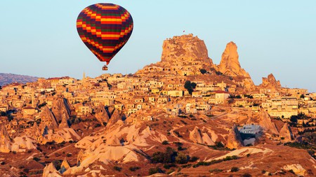 Sightsee in hot-air balloons high over Göreme, get lost in history in Istanbul, or enjoy the traditional fishing village of Kaş – in Turkey, you're spoilt for choice