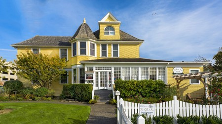 Enjoy a cozy stay at the traditional Gilbert Inn in Seaside, Oregon