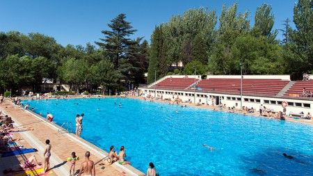 Piscina Lago is an open-air pool at the heart of Casa de Campo in Madrid