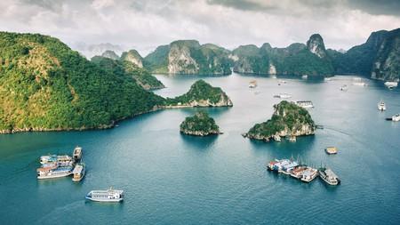 Explore the beautiful islands in Ha Long Bay, Vietnam, via a boat cruise