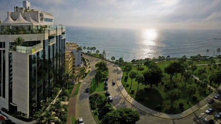 Miraflores Park enjoys gorgeous views out over the Pacific Ocean from its bar and pool