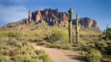 Visiting the Superstition Mountains in Tonto National Forest? Read on to find the best hotels nearby