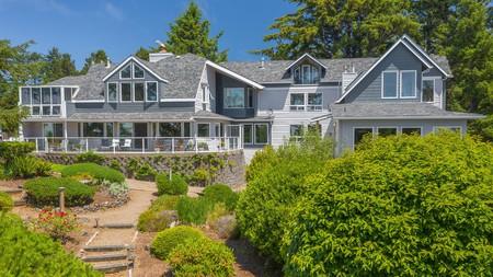 Enjoy an extra comfy coastal retreat at the Ocean House Newport Oceanfront Inn