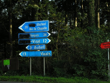 Vandalized street signs in Voeren with the Dutch names spray-painted over | © Flamenc/Wikimedia Commons