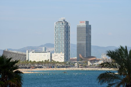 The beach and Gehry's Peix d'Or | © Harvey Barrison