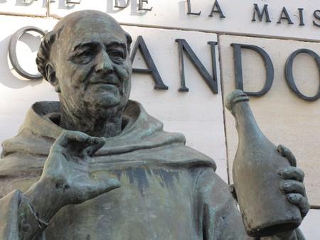 Statue of Dom Perignon outside the Moët & Chandon museum │© Dan Dickinson/Flickr
