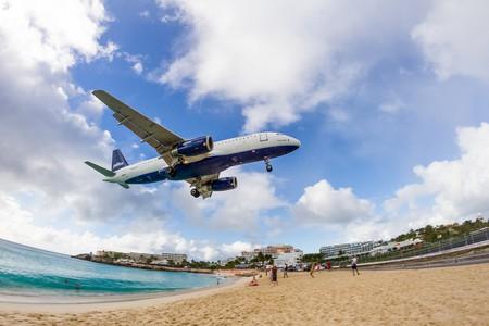 Plane landing over Maho Beach on Saint-Martin │© Chris Favero