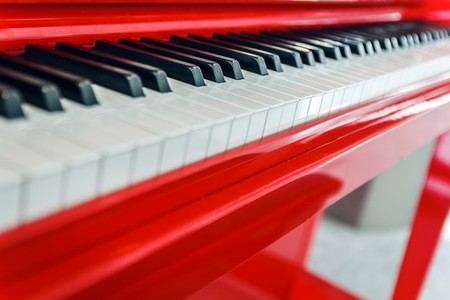 Red Piano at Charles de Gaulle Airport, Paris │© Nico Kaiser / Flickr
